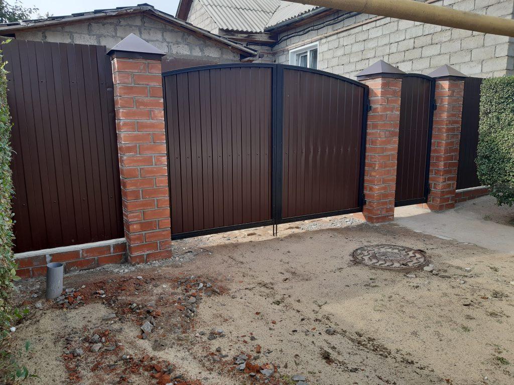 Кирпичный забор с заполнением из профнастила