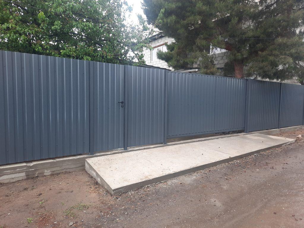 Забор с бетонной лентой в основании