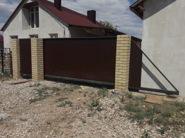 Забор с кирпичными столбами в Волгограде и Волжском